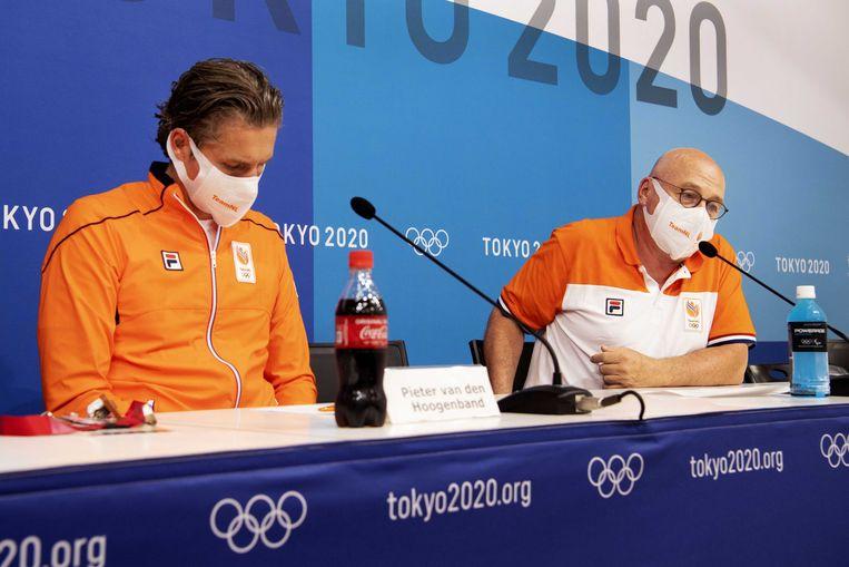 Chef de mission Pieter van den Hoogenband (l) en technisch directeur NOC-NSF Maurits Hendriks geven een persconferentie op de vierde dag van de Olympische Spelen. Beeld ANP