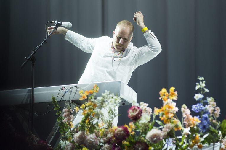 Toetsenist Roddy Bottum begeeft zich af en toe wel eens graag in het publiek, zo ook bij Florence + The Machine. Beeld Alex Vanhee