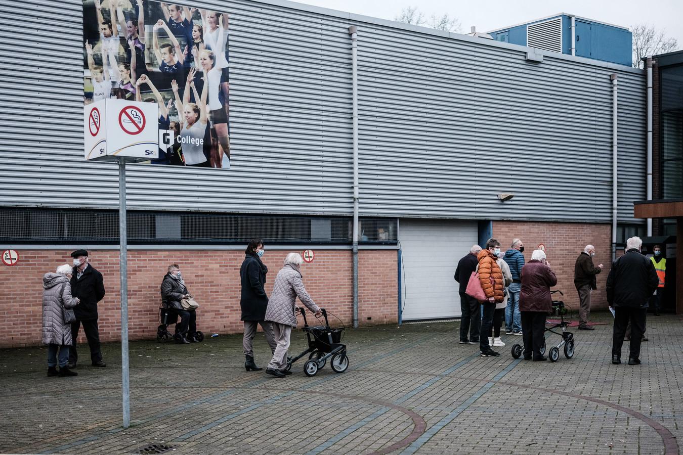 Senioren voor de coronaprik  in de rij  bij de topsporthal in Doetinchem.