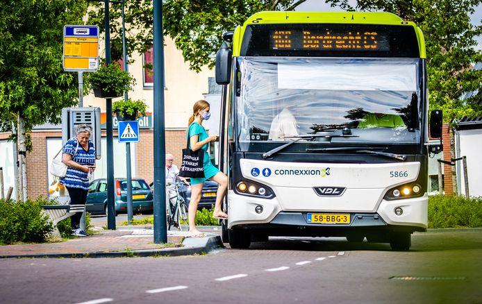 Een Connexion bus komt aan bij de bushalte op het Weegje in het centrum van 's-Gravendeel.