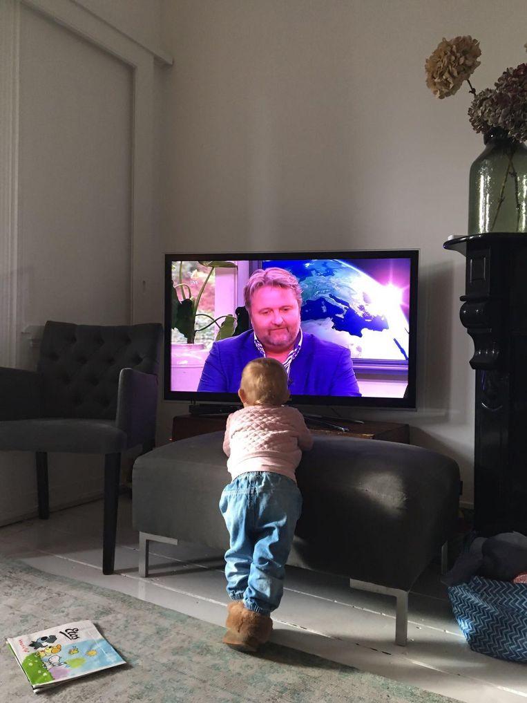 Koornstra is een paar maanden aan de slag als Nationale Energiecommissaris en legt bij RTL uit wat zijn ambities zijn. Zijn dochter Pilou kijkt thuis toe, maart 2017. Beeld