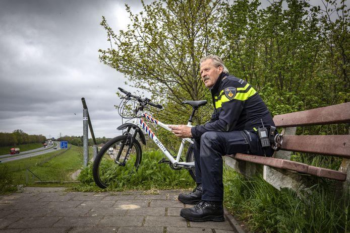 """Het bankje langs de A1 is tijdens zijn loopbaan bij de politie een geliefde plek van Gerrit Dijkhuis: """"Hier kwam ik tot rust."""""""