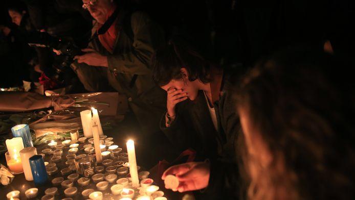 Parijzenaars betreuren de gebeurtenissen van afgelopen nacht op de Place de la République.