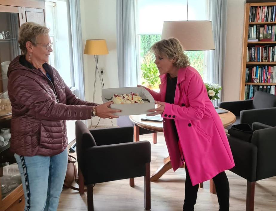 Taart voor burgemeester Tanja Haseloop (r) van Oldebroek