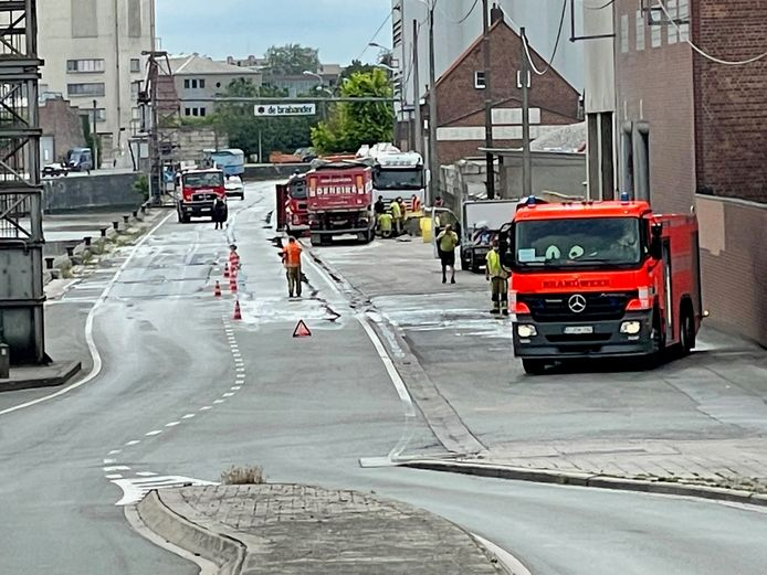 De brandweer ruimde het mazoutspoor langs de Kaaistraat in Roeselare op.