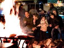 Publiek geniet van theater en wandelen in door vuur verlicht Utrechts Gagelbos