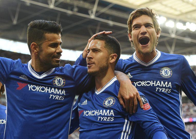 Hazard viert zijn doelpunt in de FA Cup met Costa (l.) en Alonso (r.). Beeld EPA