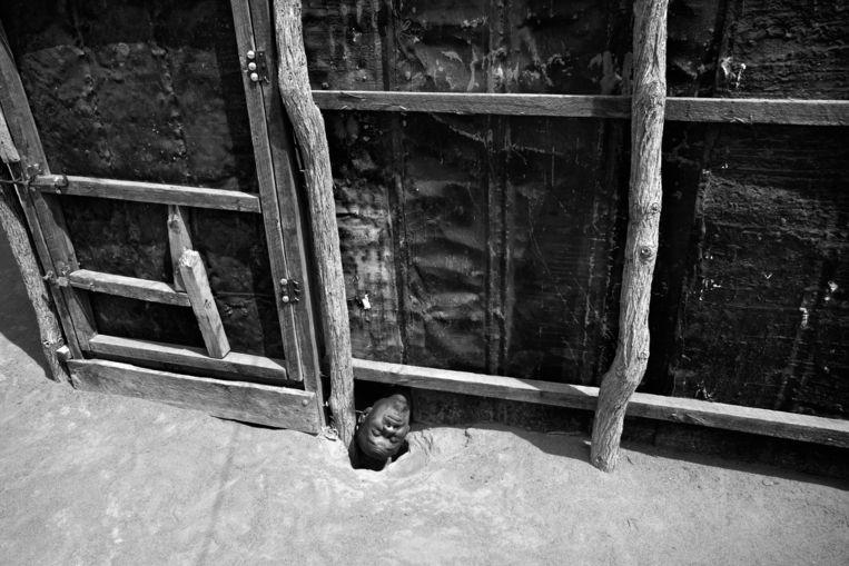 Abdi (26) zit al jaren opgesloten in een hut in Dabaab, Oost-Kenia. Beeld Robin Hammond