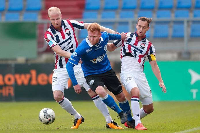 Jop van der Linden (links) in actie namens Willem II.