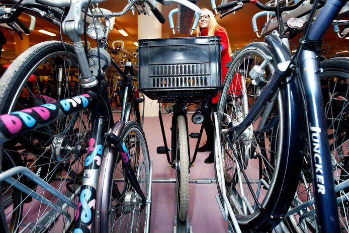 De fietsenstalling achter Rotterdam Centraal krijgt speciale plekken voor bredere fietsen. De uitbreiding begint binnenkort. Voor 20 augustus moet iedereen wel eerst zijn fiets weghalen.