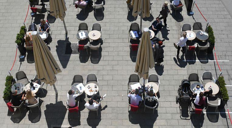 Een heropend terras in München, Duitsland. Beeld REUTERS