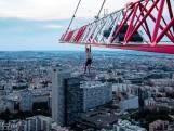 Suspendu à une grue sur le plus haut bâtiment de Paris