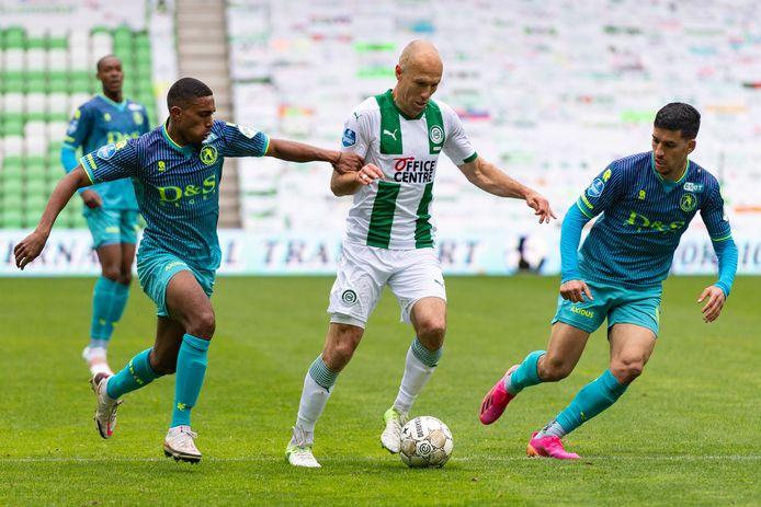Deroy Duarte (l) en Abdou Harroui nemen Arjen Robben in de tang.