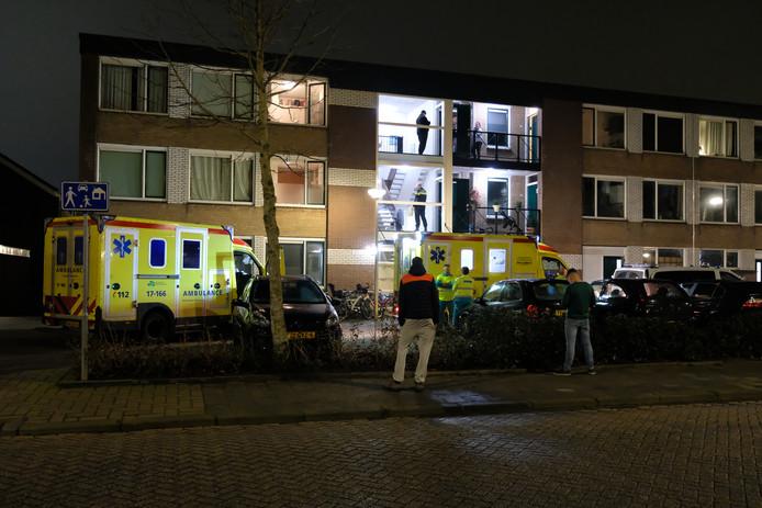 Ambulances spoedden zich vrijdagavond laat naar de woning aan de Grote Stern in Rozenburg. Reanimatie mocht helaas niet meer baten.