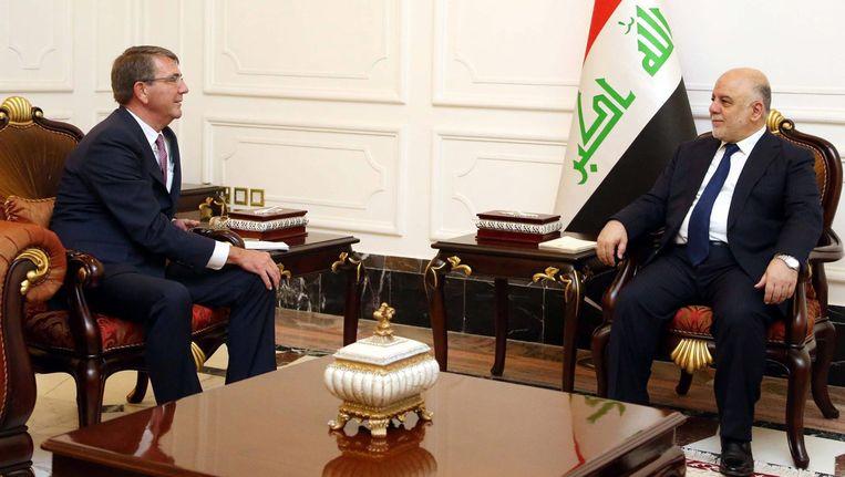 De Amerikaanse buitenlandminister Ashton Carter (l) had vandaag een ontmoeting met de Iraakse eerste minister Haider al-Abadi (r) in Bagdad, Irak. Beeld EPA