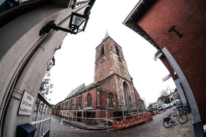 Rondom de Jacobskerk is een begin gemaakt met het opbouwen van de steigers, benodigd voor de restauratie.