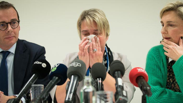 Wouter Beke, een geëmotioneerde Joke Schauvliege en Hilde Crevits tijdens de aankondiging van het ontslag. Beeld BELGA