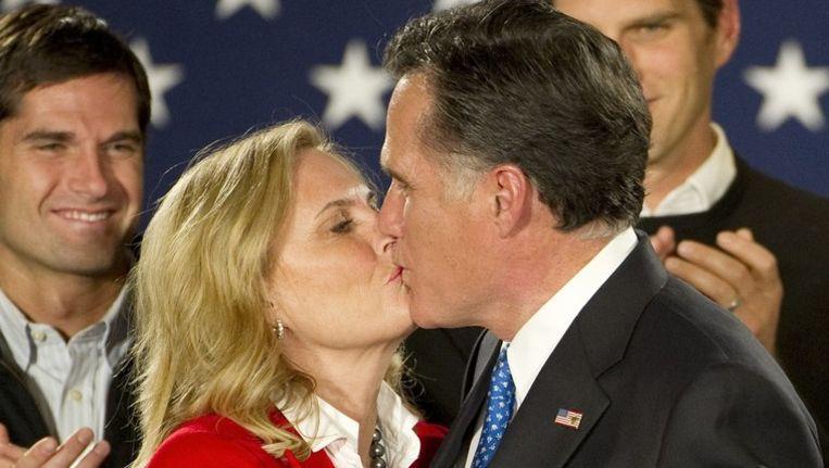 Romney kust zijn vrouw Ann na het vernemen van de overwinning in Iowa. Beeld PHOTO_NEWS