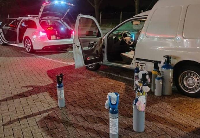 Bij een controle op de A58 tussen Tilburg en Breda hield de politie vorige week een bestelbusje aan vol met cilinders lachgas.