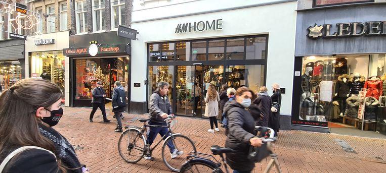 Verslaggever Noël van Bemmel: 'Voor winkeliers is de sluiting een ramp. Ze kopen extra in voor de Kerst en blijven nu met voorraad zitten.' Beeld
