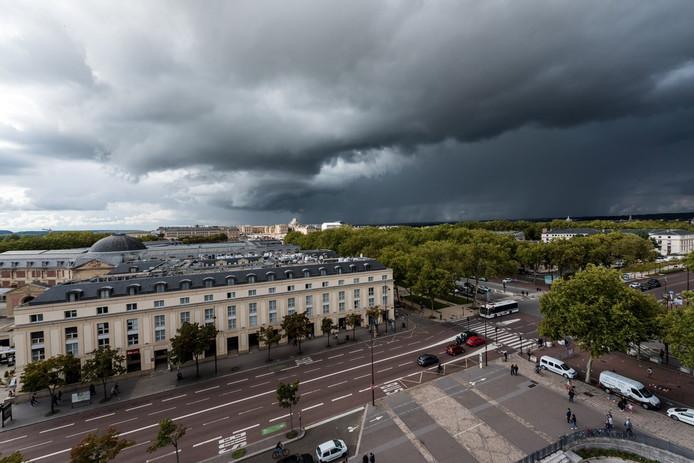 Onheilspellende wolkenluchten naderen vanuit Frankrijk.