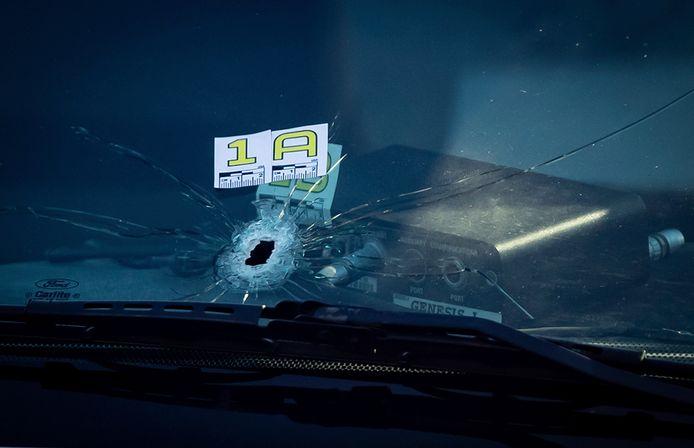 Een kogelgat in de voorruit van een auto aan de luchthaven van Vancouver.
