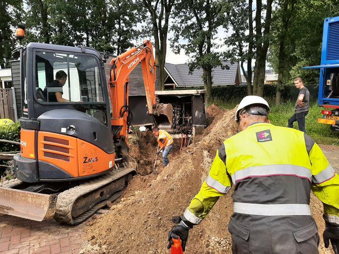 Medewerkers van Enexis zijn hard aan de slag om het netstation aan de Vleutloop in Heesch te vervangen.