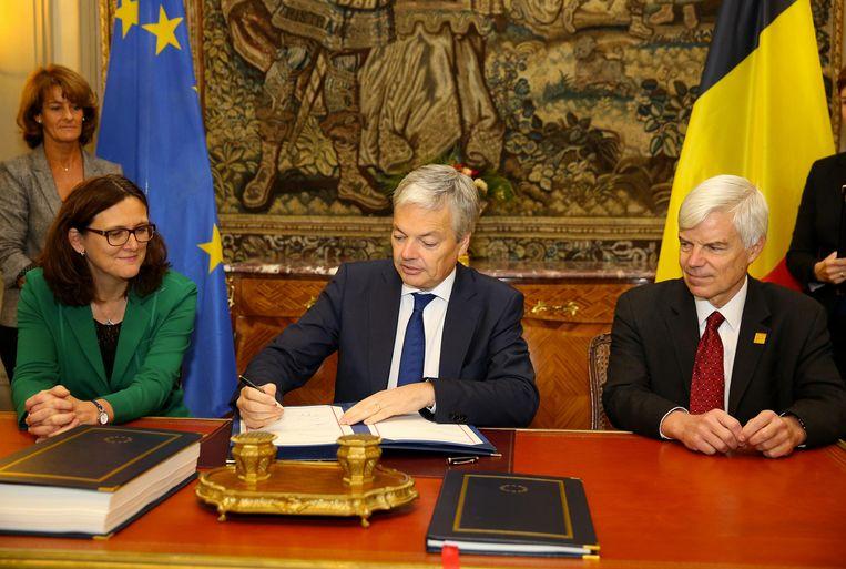 Minister Reynders ondertekent het Belgische CETA-akkoord. Beeld BELGA