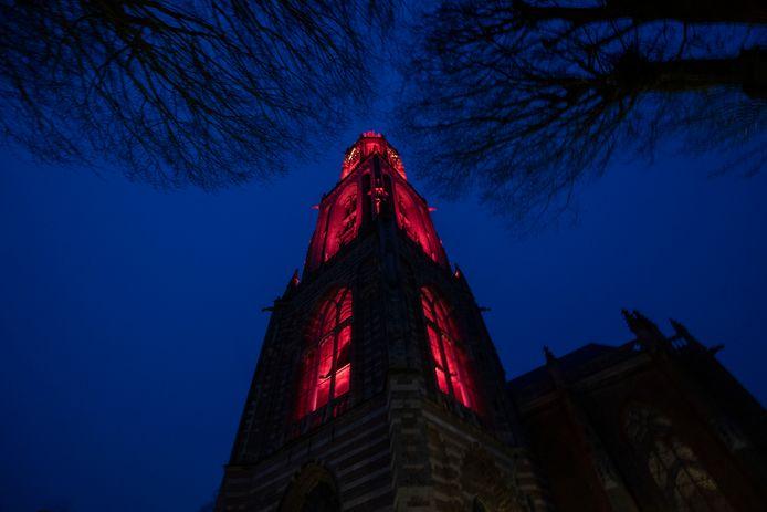 De Cuneratoren is rood verlicht vanwege Internationale Vrouwendag.