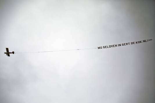 Project C liet zaterdagmiddag een reclamevliegtuigje boven de gemeente Drimmelen vliegen met de tekst 'WijgeloveninGertdeKok.nl'.