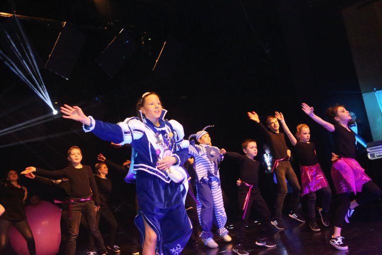 Ook Mini-Prinses Keyana danste mee in de act van De Mannen van de Met.