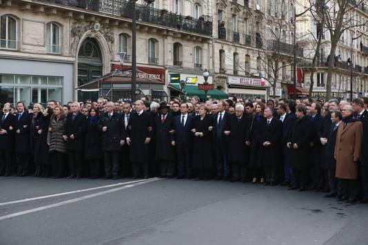 Diverse wereldleiders vergezelden de Franse president Francois Hollande (midden, rechts naast man met hoed) gisteren in Parijs tijdens de massale mars