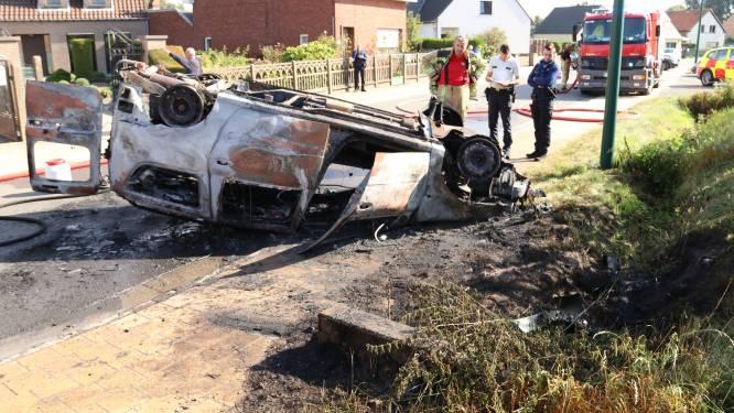 Omstaanders bevrijden bestuurder tijdig uit brandende wagen na spectaculair ongeval