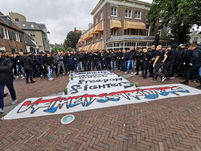 De voetbaldemonstranten op het 5 Meiplein in Wageningen.