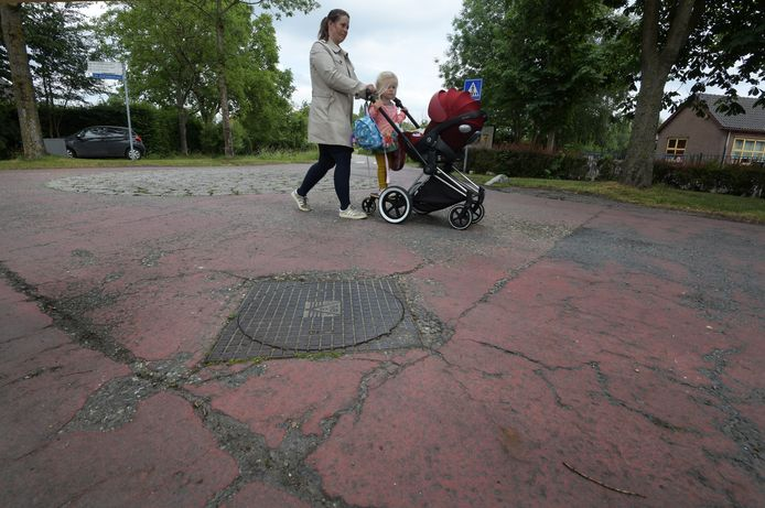 Het Margaretha Turnorplein, het plein voor kasteel Amerongen, is nu een parkeerplaats vol kuilen en hobbels. Er is een plan gemaakt om het op te knappen (rechts) maar daarvoor zijn nog tonnen extra nodig. Bewoners kunnen daarvoor een stukje plein adopteren.