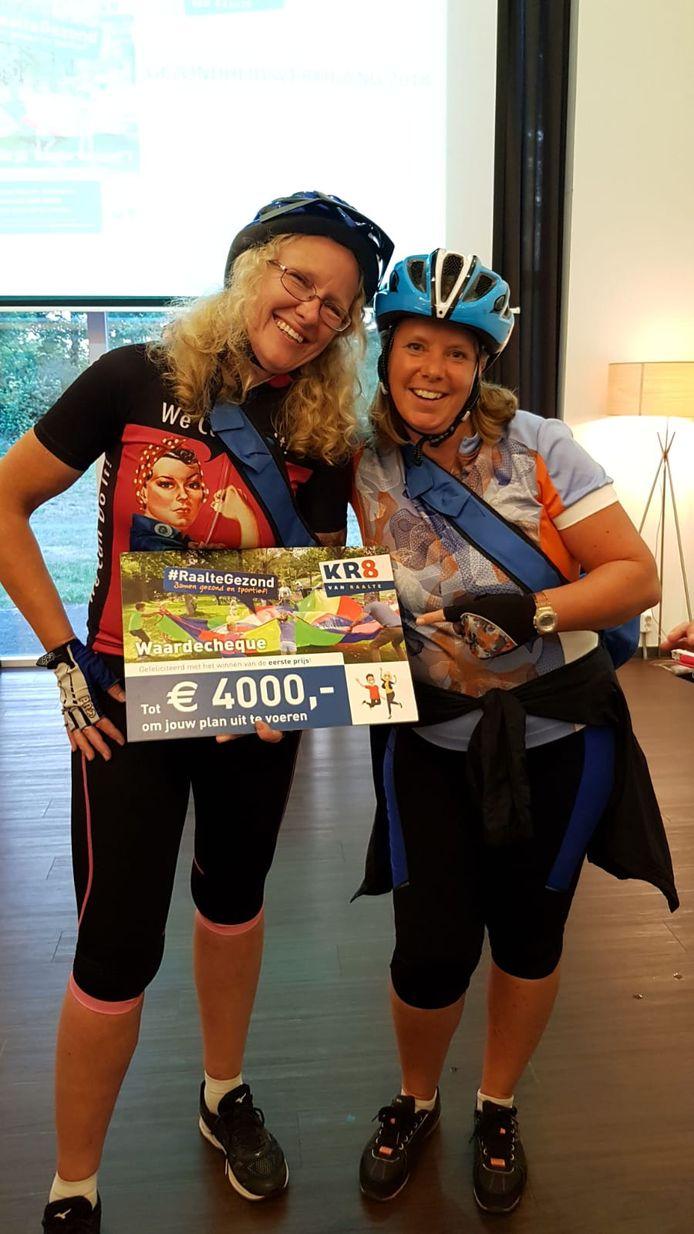 Fanny Beishuizen (l) en Marja van der Ende nemen de gezondheidsprijs van de gemeente Raalte in ontvangst.