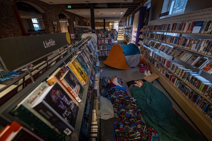 Bibliotheek Kampen bestaat 100 jaar en organiseerde daarom Night at the Library: slapen in een tent tussen de boeken. Sarah Schaddelee (r) en Lois Vinke hadden een kort nachtje....