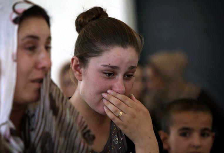 Huilende jezidi-vrouwen die zijn gevlucht voor IS. Beeld afp