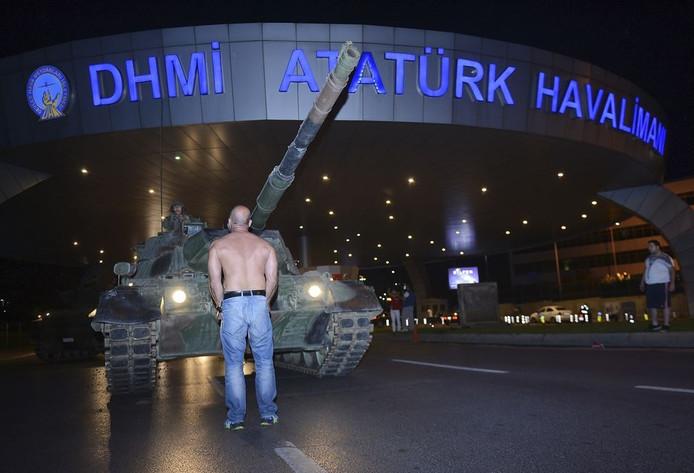 Metin Dogan voor de tank in Istanbul.
