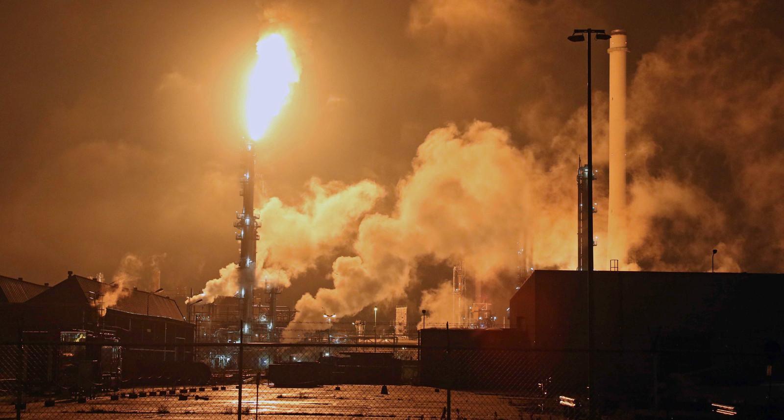 Shell raffinaderij in Pernis bij Rotterdam.