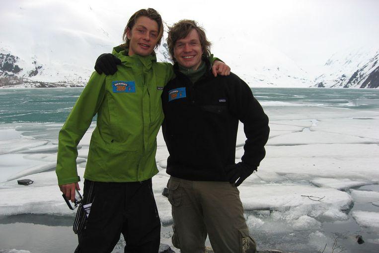Aart van Veller (links) samen met een collega-expeditiereiziger op de Noordpool. (Volkskrant) Beeld