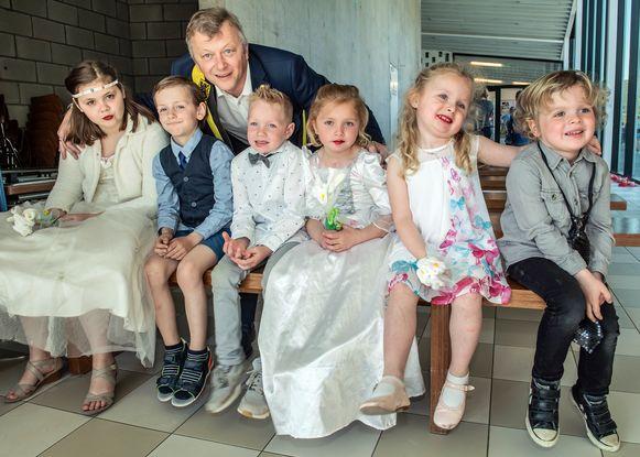 Schepen van Burgerzaken Jan Vandoolaeghe kreeg alvast een ongewone opdracht. Deze drie koppels traden in het huwelijk.