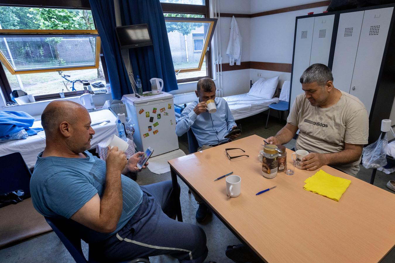 Asielzoekers samen in een woonruimte op het azc in Budel.