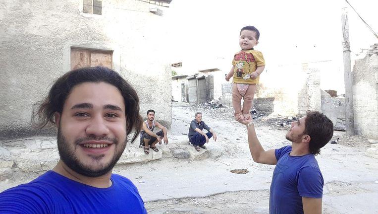 Hozaifa Dahmaan probeert ondanks de voortdurende bombardementen het menselijke in Aleppo te blijven zien. Beeld Hozaifa Dahmaan