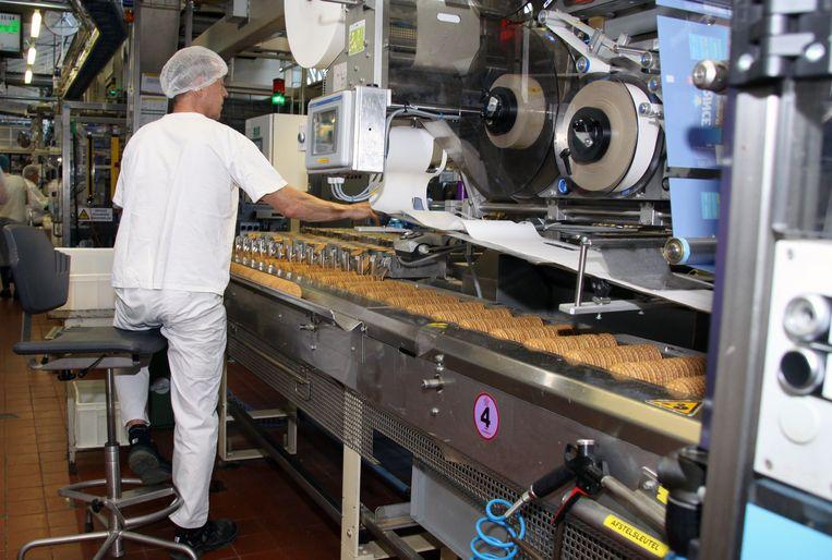 De koeken gaan door een verpakkingsmachine.