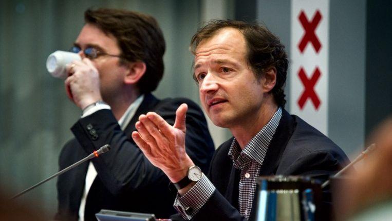 Wethouder Eric Wiebes (rechts) wil miljoenen besparen door het parkeertoezicht te digitaliseren, maar moet daarvoor wel eerst stevig investeren. Beeld Klaas Fopma / www.klaasfopma.nl