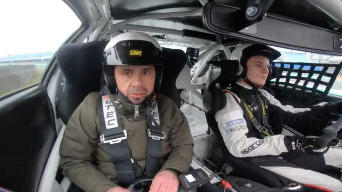 """Matthijs ter Avest kijkt nog een beetje benauwd als hij net is ingestapt bij autocoureur Dirk Warmerdam. """"Maar na de eerste ronde begon het grote genieten."""""""