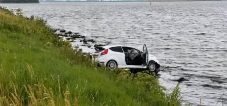Auto te water bij Oesterdam
