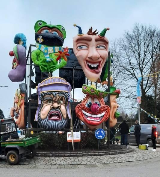 Afgelopen carnaval; stond dit tijdelijke monument op de rotonde in Raamsdonk. De koppen zijn gemaakt door diverse clubs.