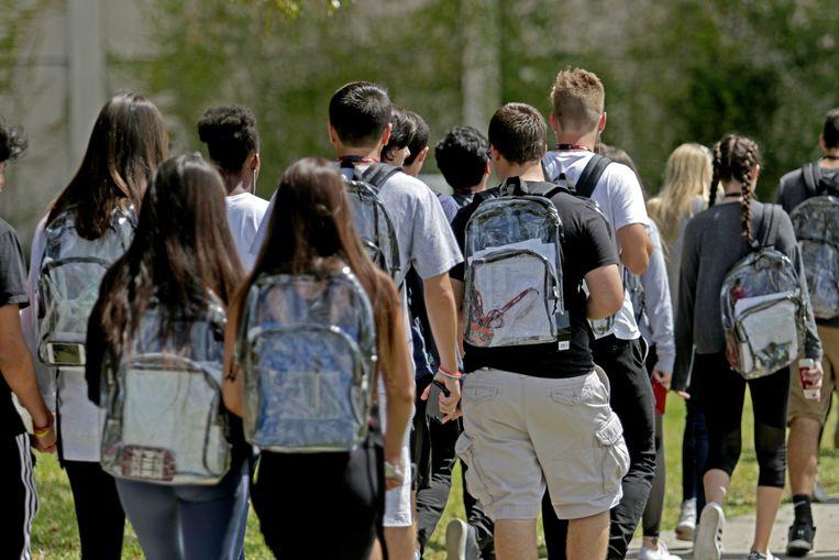 Leerlingen van Marjory Stoneman Douglas High School dragen hun doorzichtige rugzakken.  Beeld AP